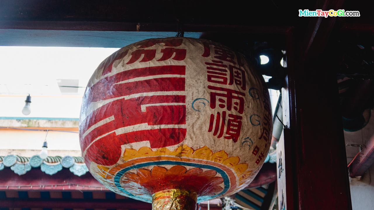 Chiếc lồng đèn lớp Hiệp Thiên Cung