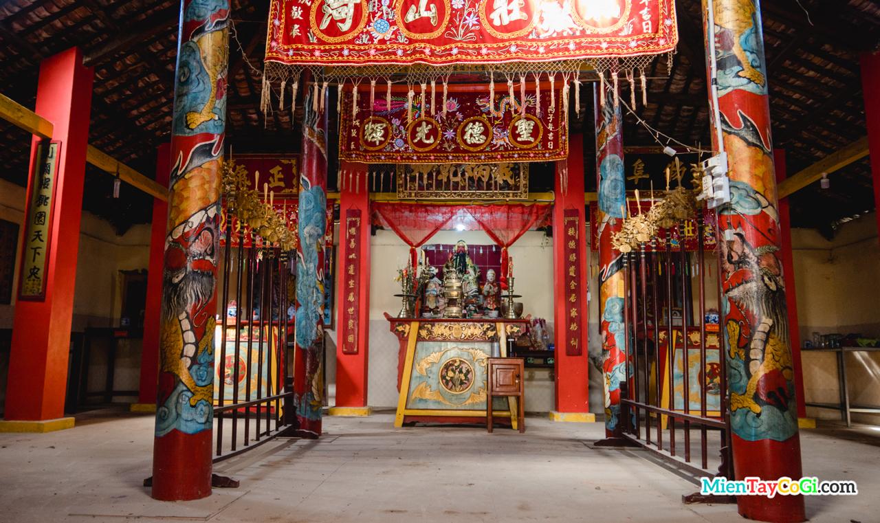 Khu vực bên trong chánh điện và bàn thờ Quan Công chùa Đầu Sấu
