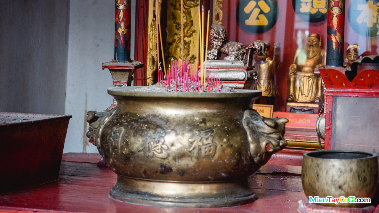 Lư hương ở bàn thờ chính