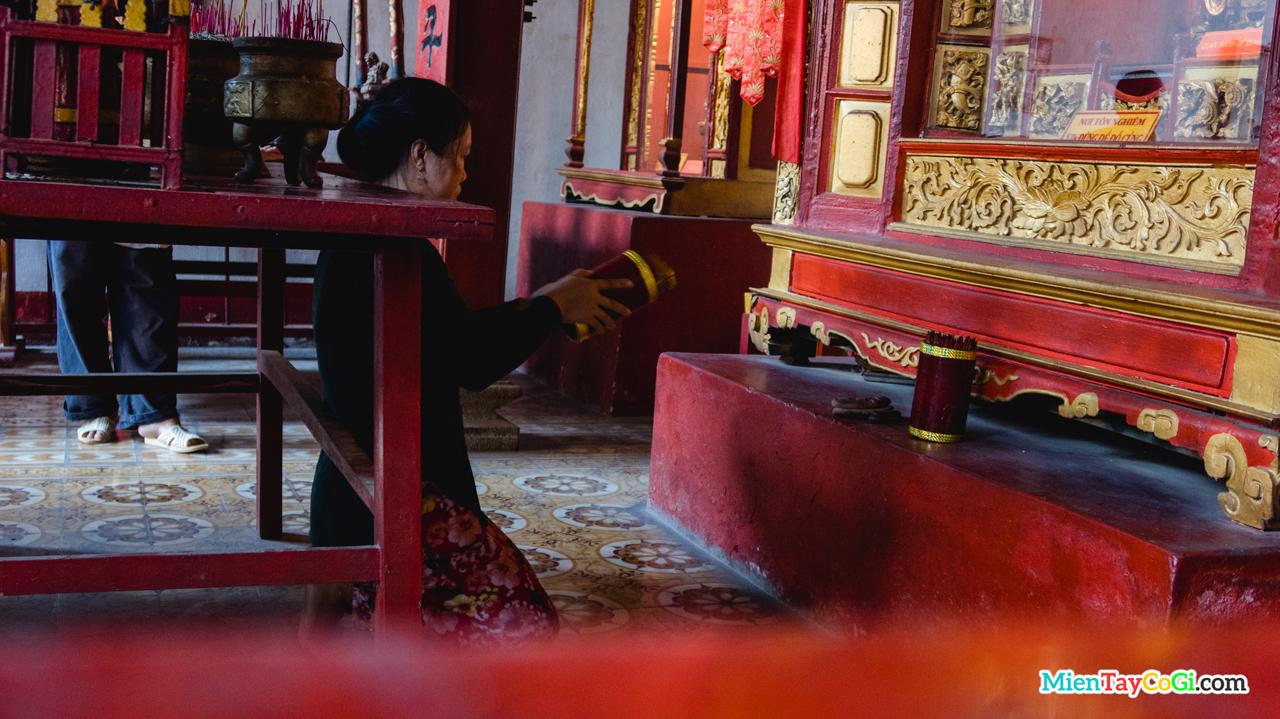 Người dân xin xăm tại Hiệp Thiên Cung