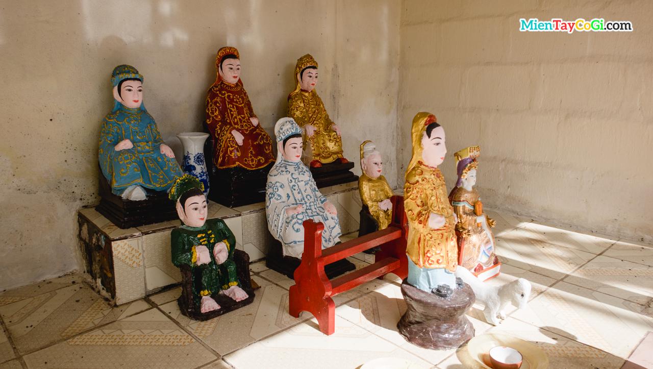 Những bức tượng Ngũ Hành Nương Nương trong ngôi miếu nhỏ