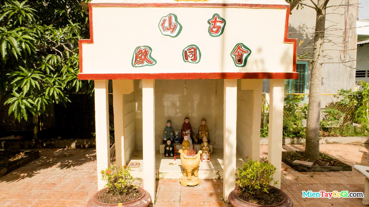 Miếu nhỏ thờ Ngũ Hành Nương Nương trước sân chùa