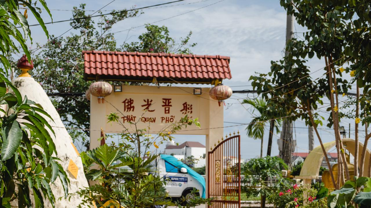 Phía sau cổng là chữ Hán Phật Quang Phổ Chiếu