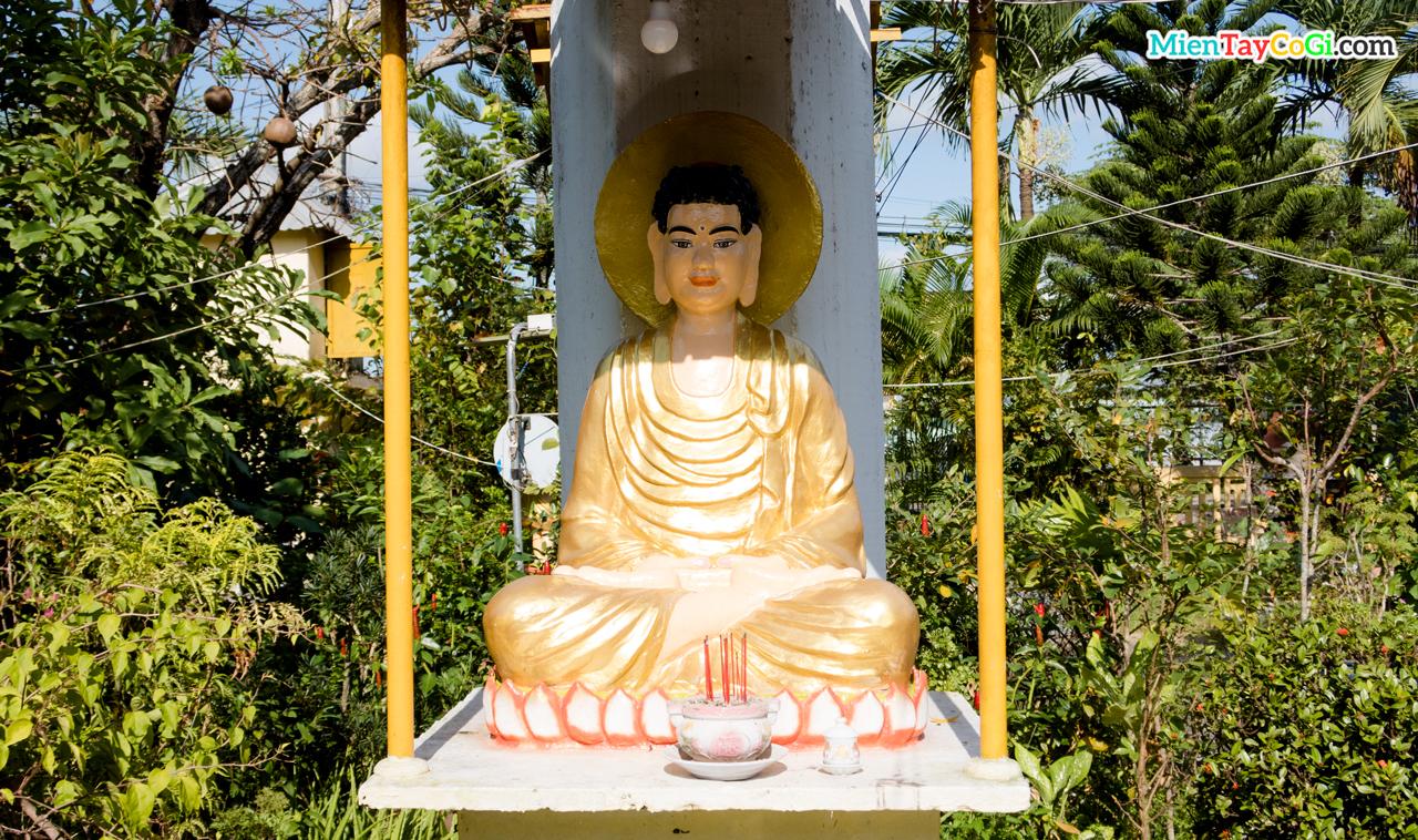 Tượng Phật trong vườn