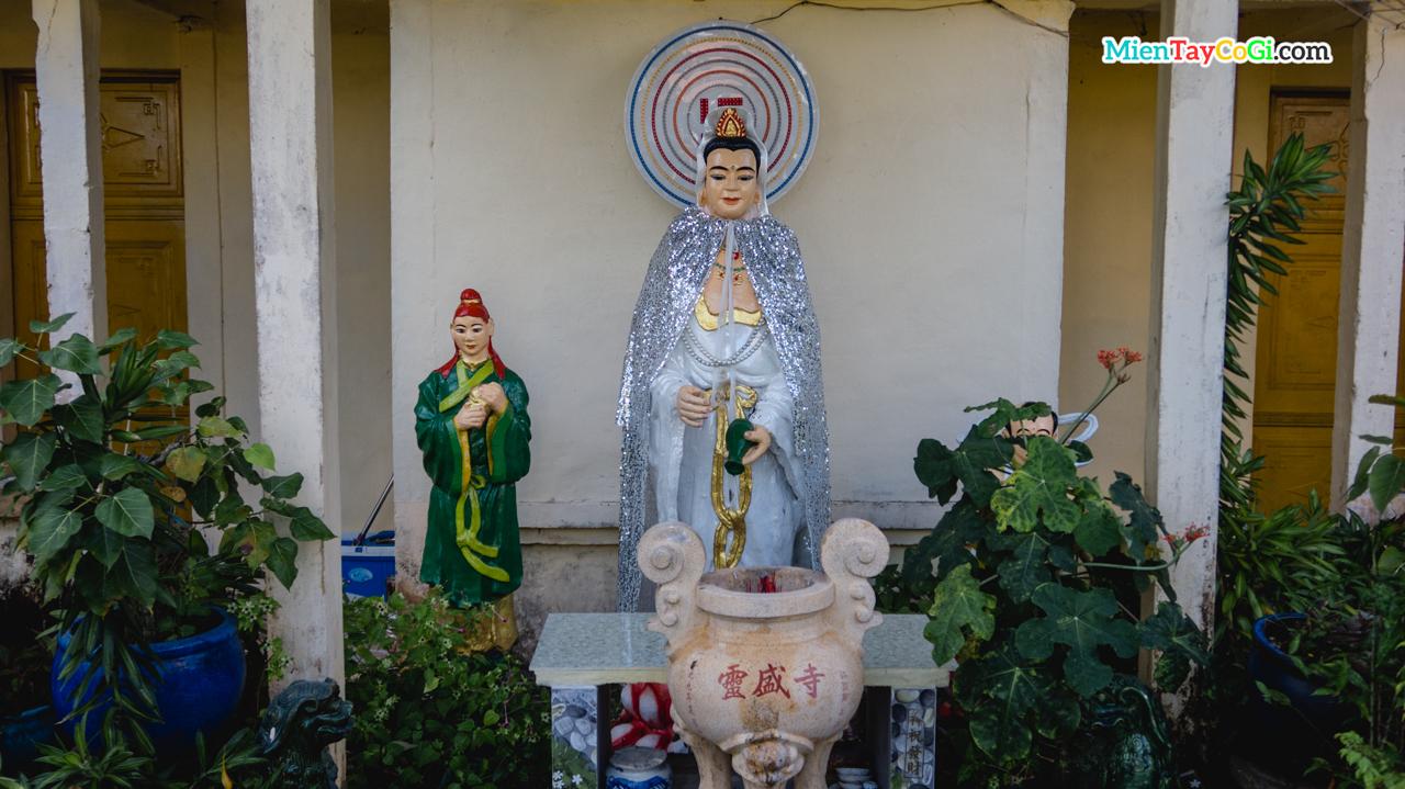 Tượng Quan Thế Âm Bồ Tát trong vườn Lâm Tỳ Ni