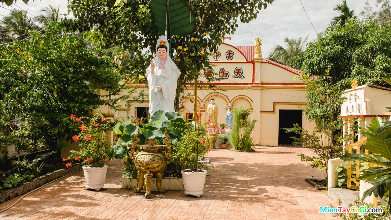 Tượng Quan Thế Âm Bồ Tát trước sân chùa Thiên Phước