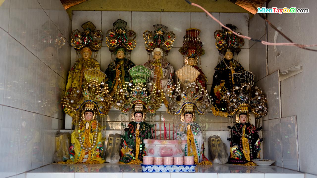 Vạn bang ngũ hành trong miếu nhỏ ở vườn chùa Linh Thạnh