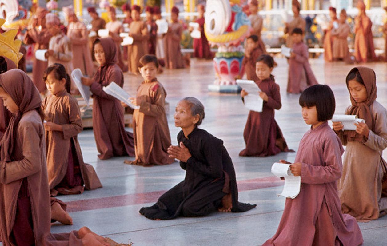 Tín đồ Đạo Dừa cầu nguyện tại Cồn Phụng năm 1969