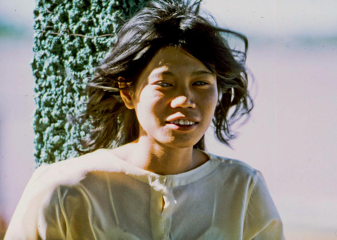 Một cô gái trẻ là người viếng thăm đảo của ông Đạo Dừa năm 1969