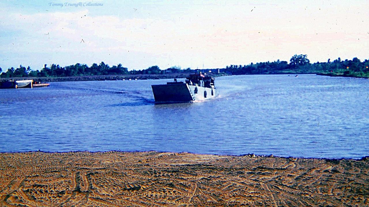 Tàu cập bến Kinh Xáng - Sông Mỹ Tho