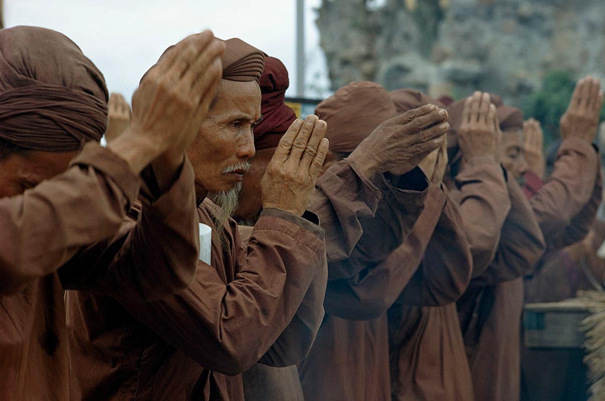 Những bô lão cầu nguyện trong lễ của Đạo Dừa tại Bến Tre năm 1968