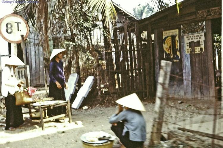 Bày bán hàng hóa trước nhà ở Bến Lức năm 1967 - 1968 | Photo by Dave Paine