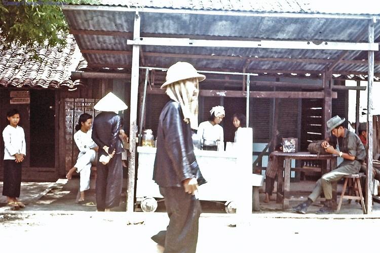 Khung cảnh quán nước bình dân ở Bến Lức năm 1967 - 1968 | Photo by Dave Paine