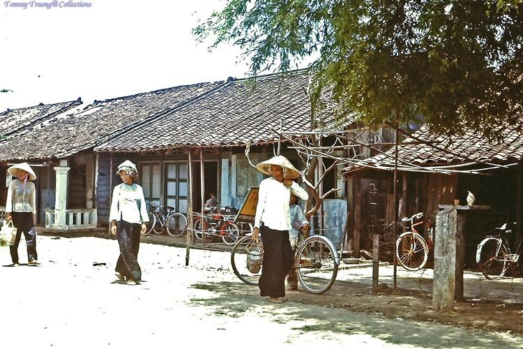 Người dân sinh hoạt ở Bến Lức năm 1967 - 1968 | Photo by Dave Paine