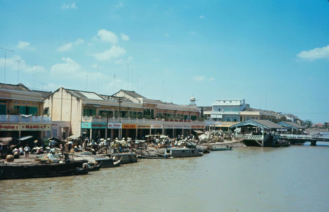 Những con tàu đậu dọc bờ sông ở Kiên Giang năm 1968 - Photo by Carl Mydans