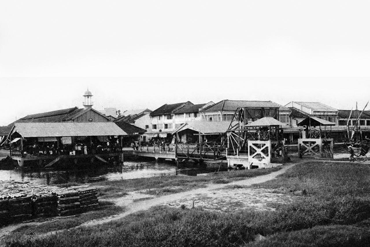 Cầu quay trước chợ nhà lồng Rạch Giá xưa