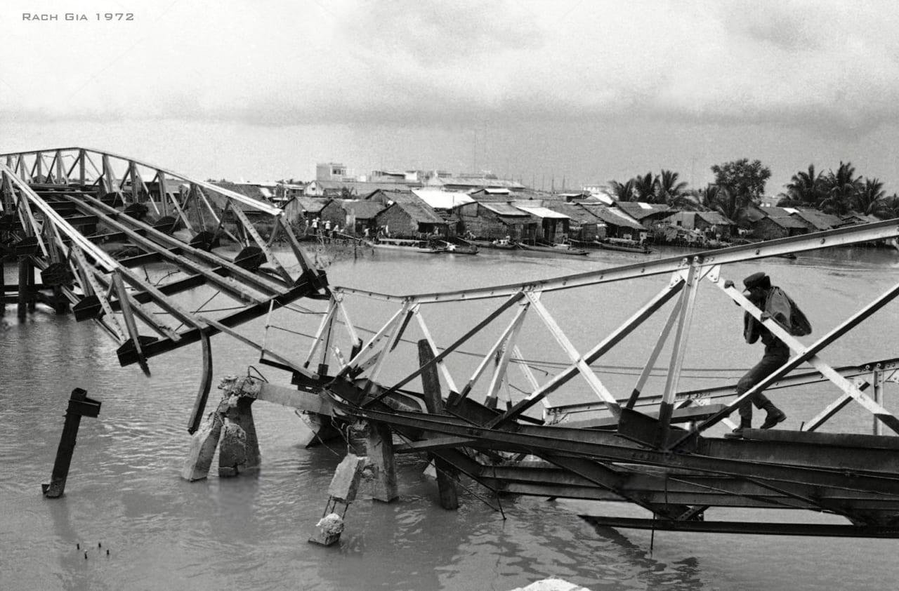 Cây cầu nối thành phố ven biển Rạch Gián trên Vịnh Thái Lan ở phía tây ĐBSCL với thủ đô Sài Gòn xưa