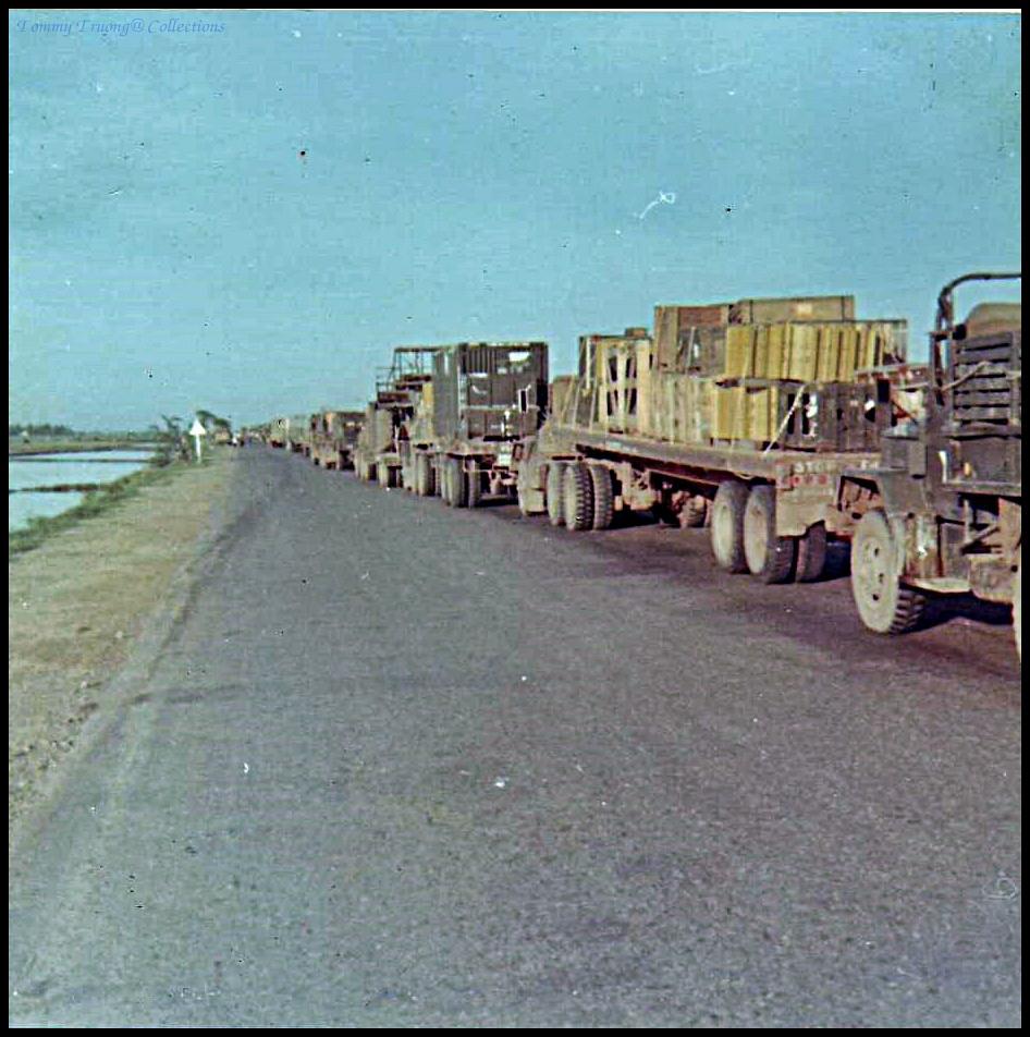 Vận chuyển vật tư xây dựng cầu Bến Lức trên đường ở Đồng Tâm năm 1966-1967 | Photo by James F