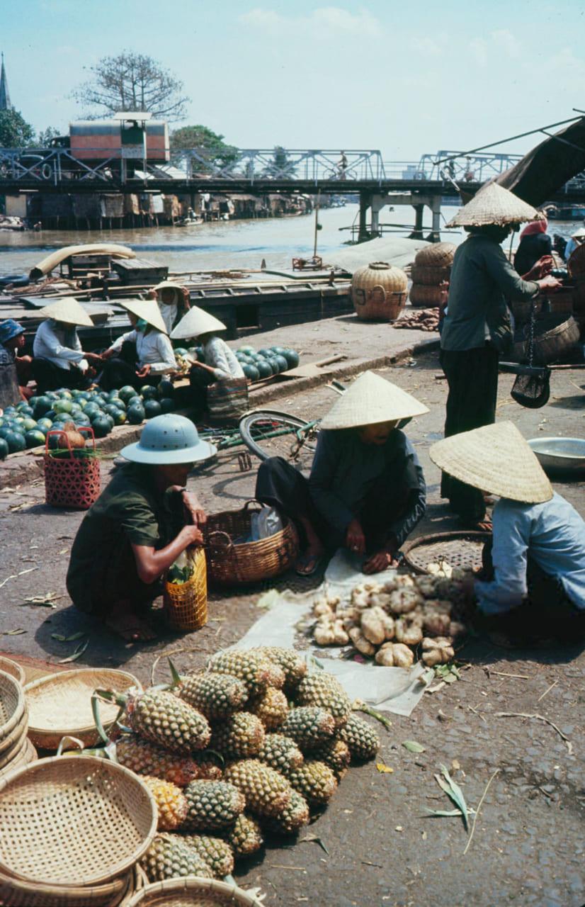 Nhóm người mua bán trái cây ở chợ Rạch Giá năm 1968 - Photo by Carl Mydans