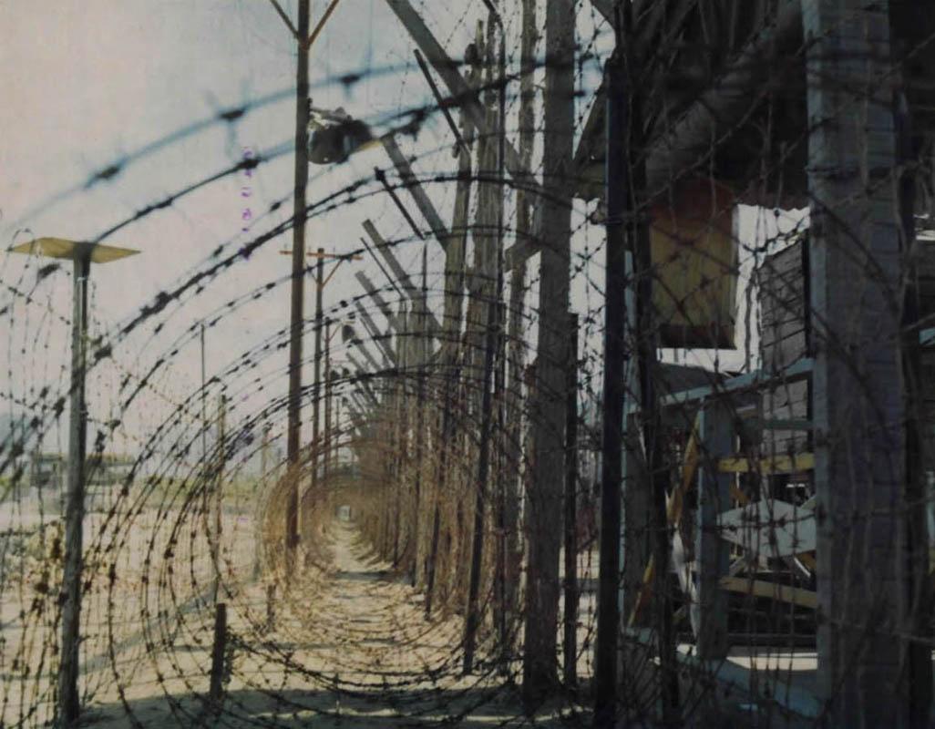 Hàng rào kẻm gai bảo vệ xung quanh trại kỷ luật