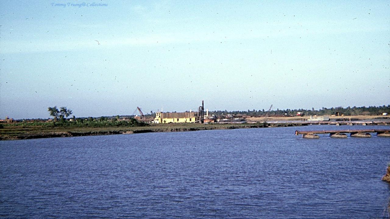 Máy xáng thổi nạo vét kênh cho tàu bè qua lại ở Đồng Tâm