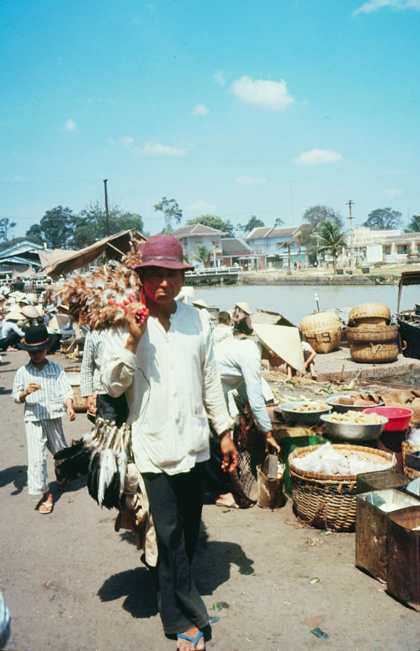 Người đàn ở chợ Kiên Giang năm 1968 - Photo by Carl Mydans