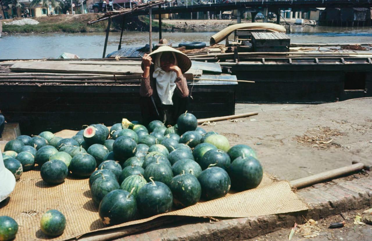Người bán dưa hấu ở chợ Rạch Giá cạnh sông Kiên năm 1968