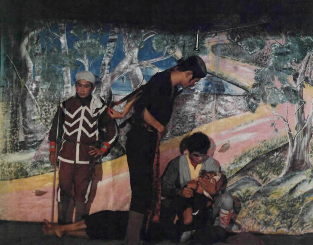 Một buổi diễn văn nghệ tuồng cải lương của các tù nhân