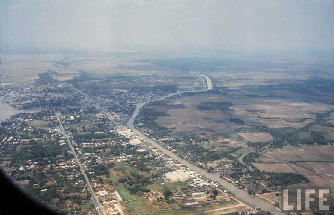 Không cảnh nhìn Rạch Giá từ trên cao, bên dưới là đường Nguyễn Trung Trực tỉnh lộ 8A và Kinh Xáng Mới