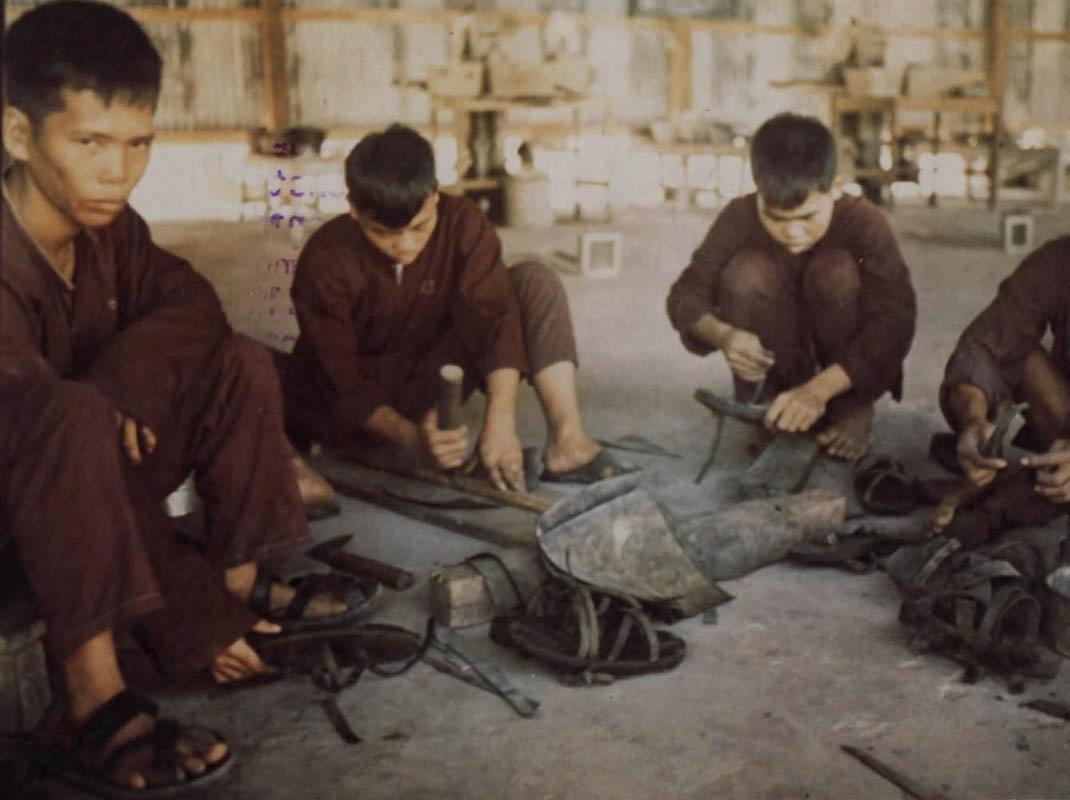Trại tù Biên Hòa ở Phú Quốc làm dép sacndals