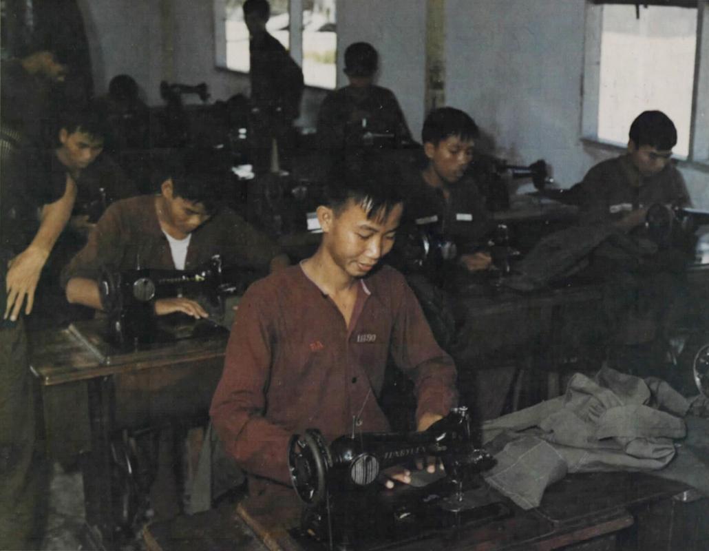 Tù nhân ở trại Biên Hòa, Phú Quốc trong phòng may