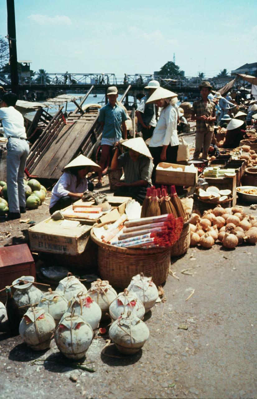 Những hàng quá được bán ở chợ Rạch Giá năm 1968