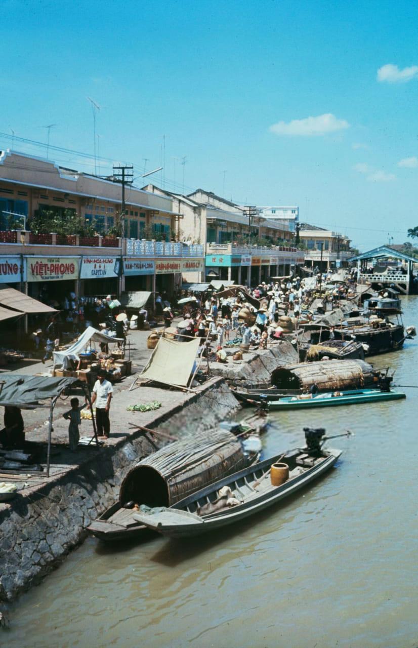 Những người bán hàng ven sông chợ Rạch Giá năm 1968 - Photo by Carl Mydans