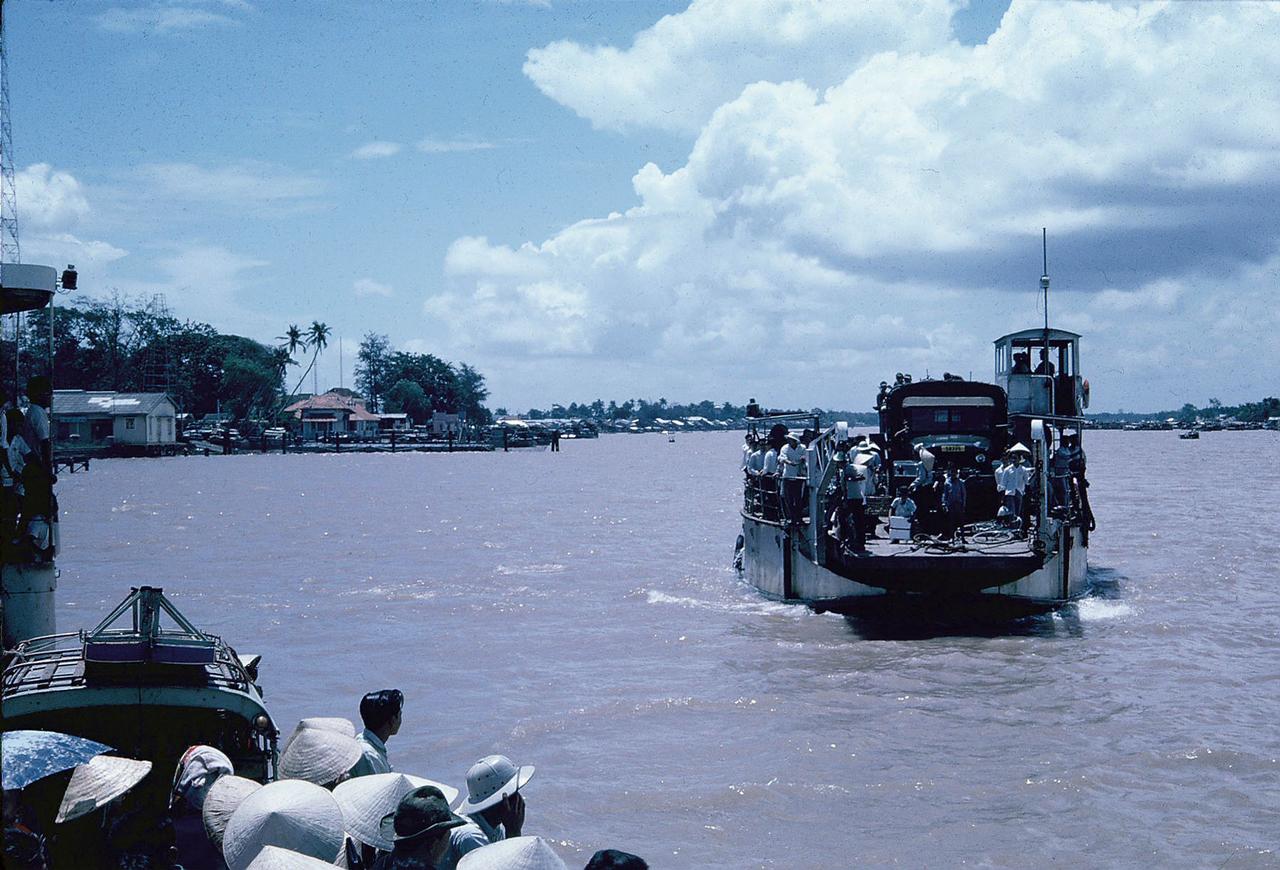 Phà Rạch Miễu trên sông Tiền trước đây