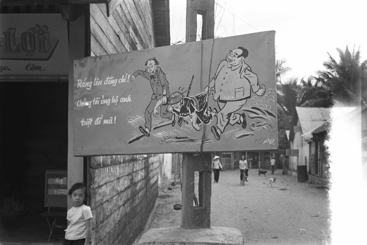 Bảng hiệu trên đường phố Phú Quốc năm 1968