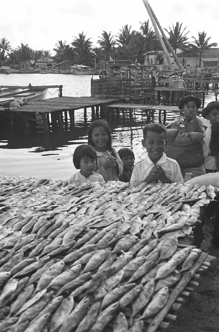 những đứa trẻ và sạp khô ở Phú Quốc năm 1968