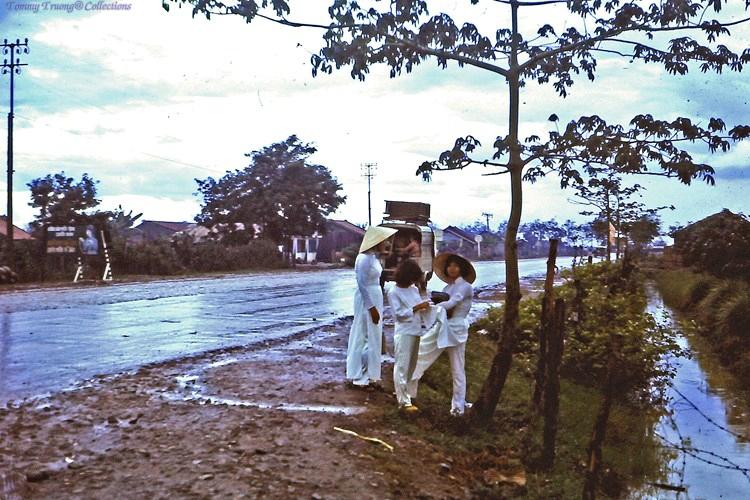 Nữ sinh áo dài trắng trên quốc lộ 4 Bến Lức năm 1967 - 1968 | Photo by Dave Paine