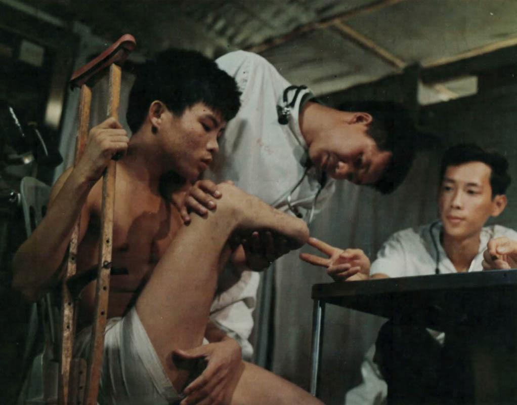 Khám bệnh nhân cụt chân ở trong nhà tù Phú Quốc