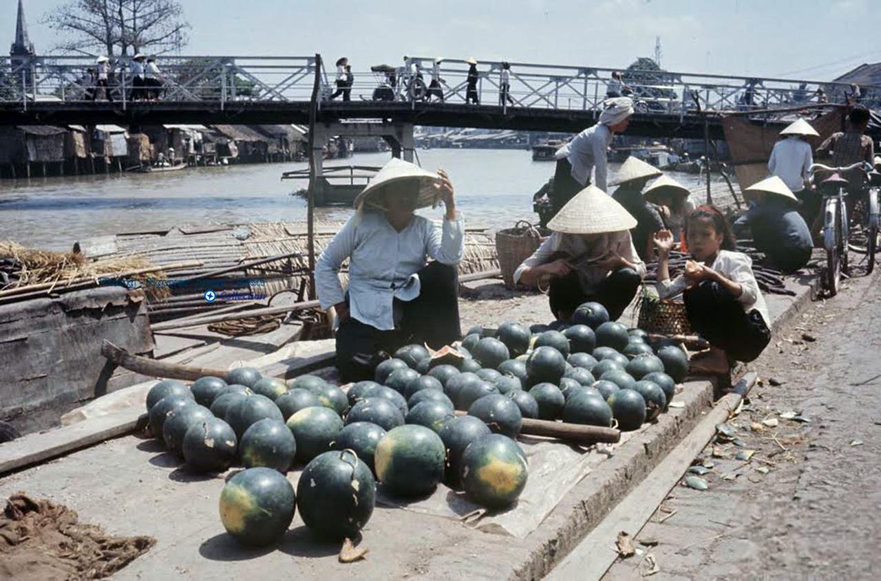 Người bán dưa hấu ở chợ Rạch Giá năm 1968 - Photo by Carl Mydans
