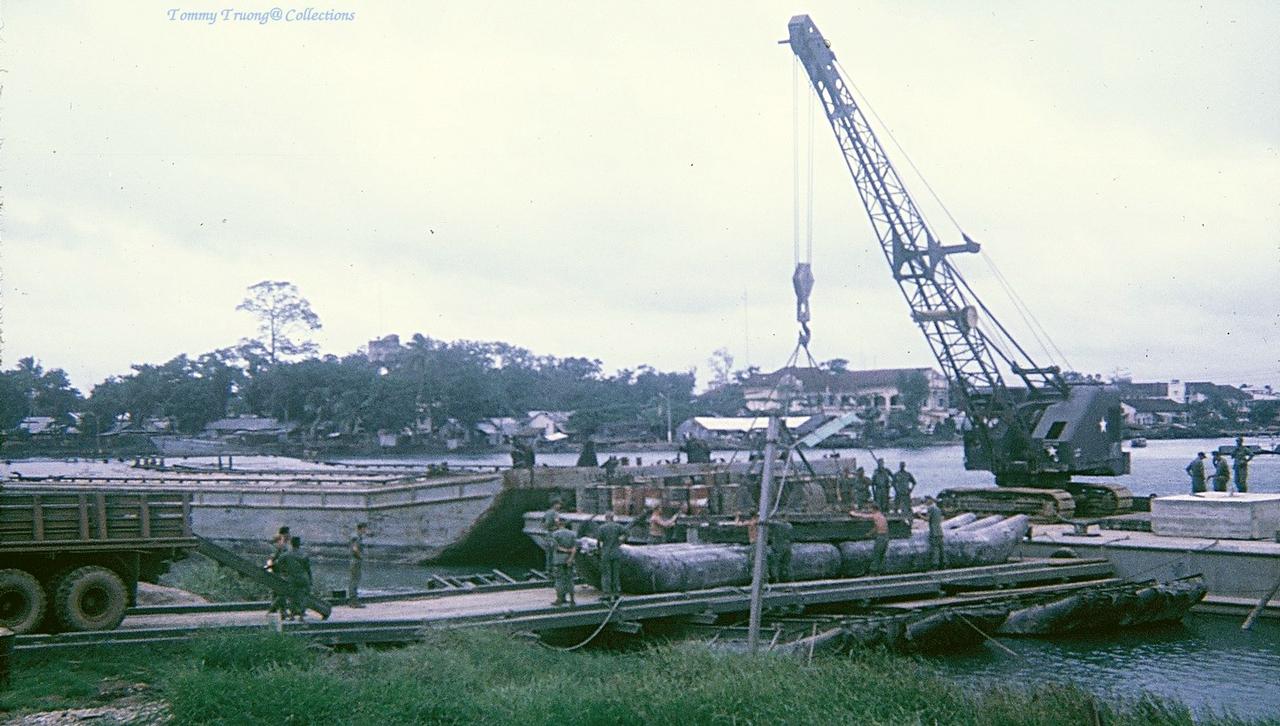 Chuẩn bị vật liệu xây dựng lại cầu Bến Lức khi nó bị phá hủy năm 1966-1967 | Photo by Tom Jackson