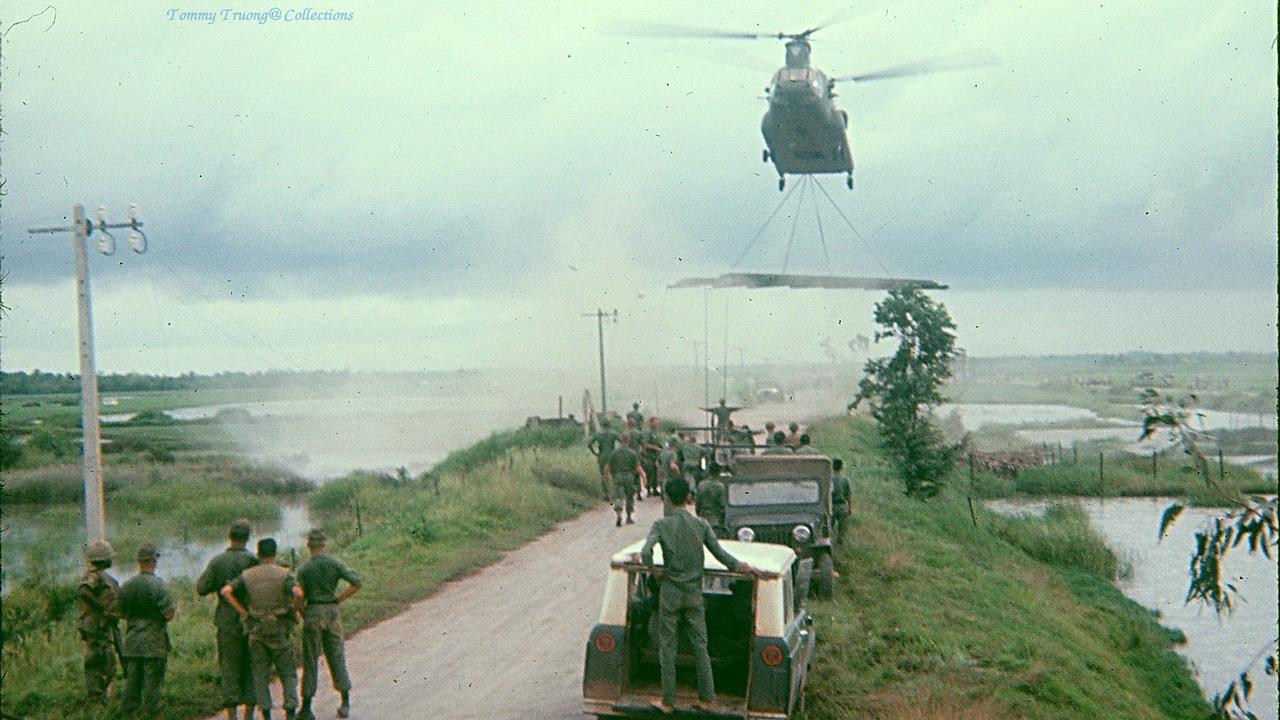 Trực thăng chở vật liệu xây dựng lại cây cầu Bến Lức năm 1966 -1967 | Photo by Tom Jackson