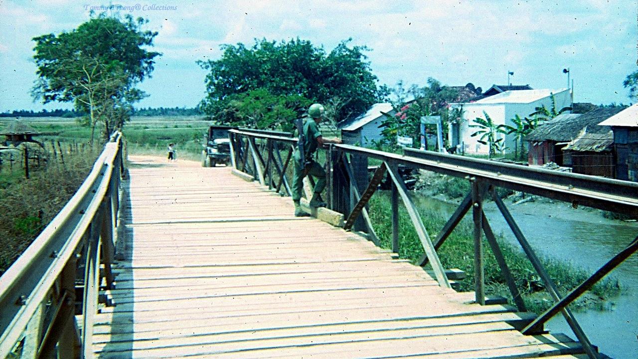 Cây cầu gỗ nối đoạn đường quê ở Tân Trụ, Tân An tháng 11 năm 1966 | Photo by Tom Jackson