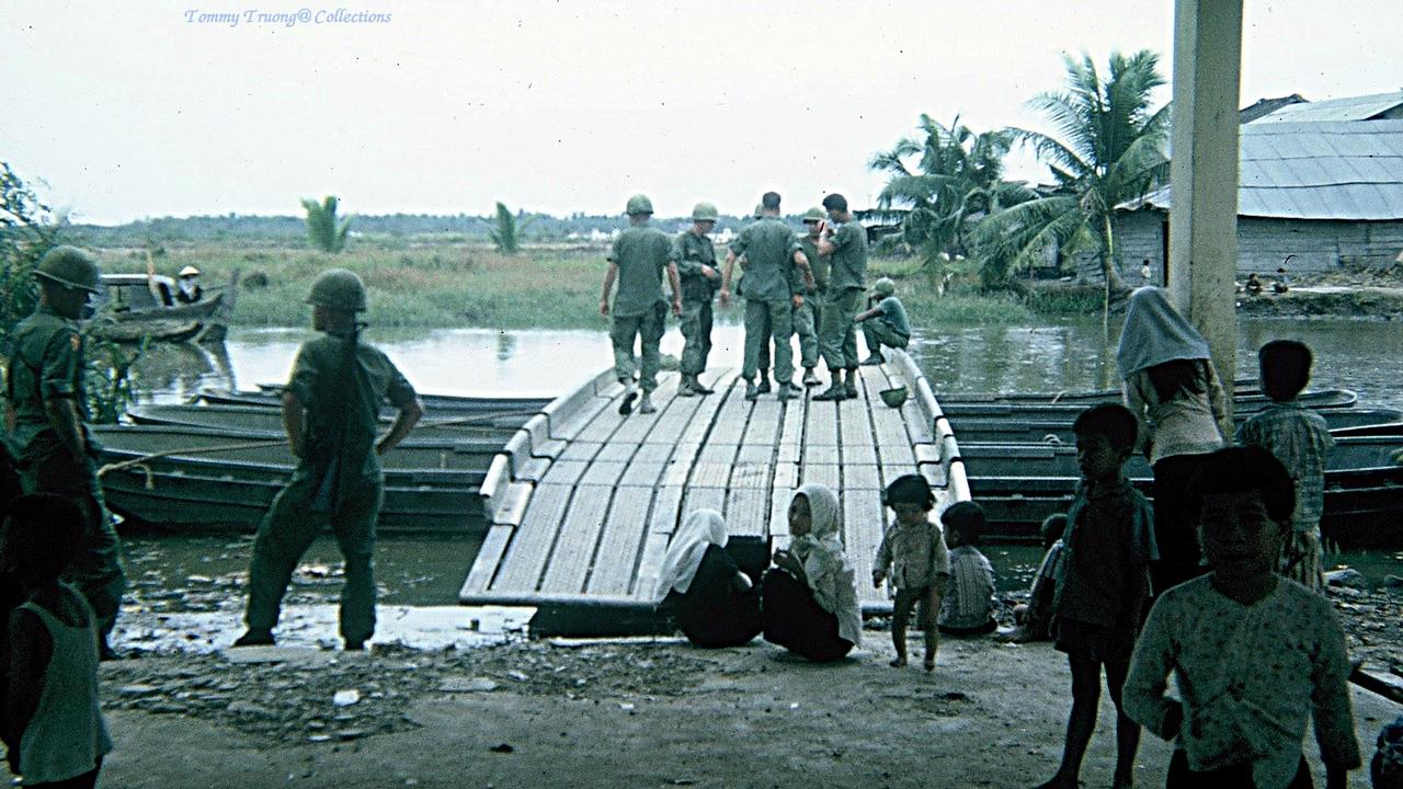Hình ảnh quân dân tháng 11 năm 1966 ở Tân Trụ, Tân An | Photo by Tom Jackson