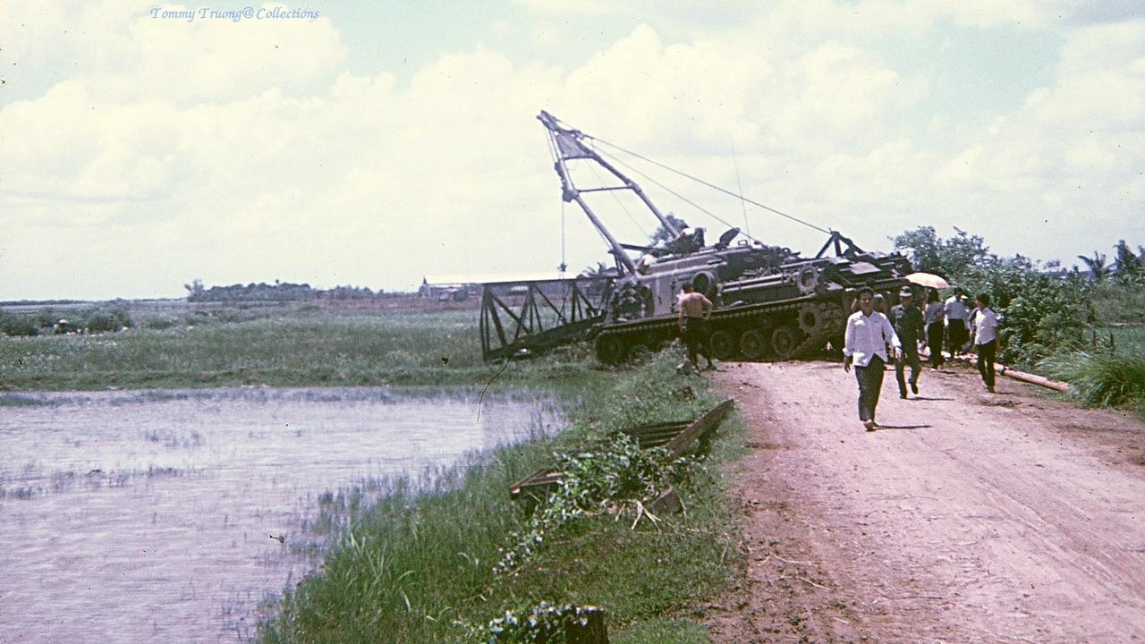 Xe tăng trục vớt mảnh vỡ cây cầu bị đánh bom