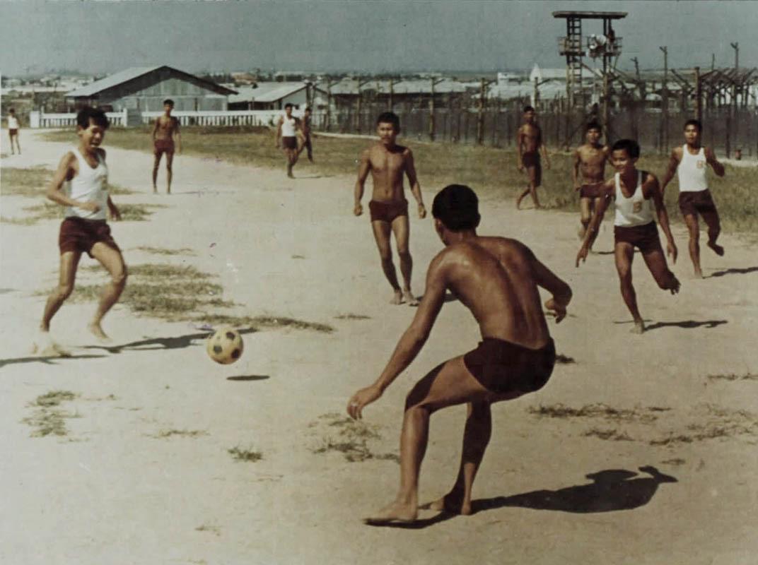 Tù binh trại Phú Quốc chơi trong giờ giải trí