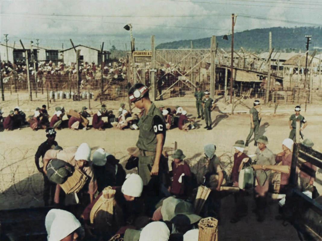 Tù binh cốt cán ở trại tù Phú Quốc đang được chuyển trại