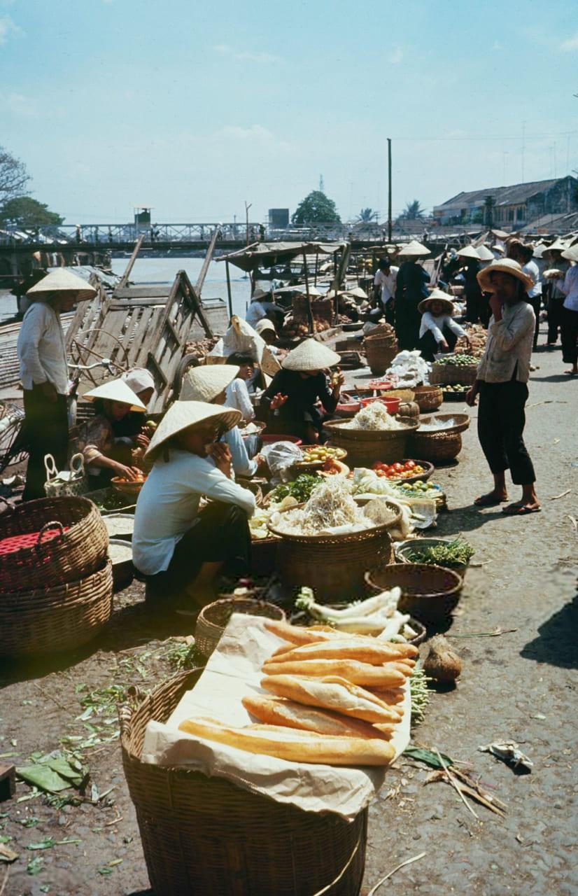 Những người bán hàng rong dịp Tết ở chợ năm 1968 - Photo by Carl Mydans