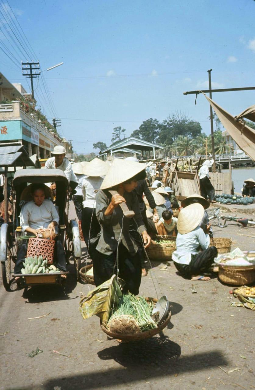 Người bán rau ở chợ Rạch Giá năm 1968 - Photo by Carl Mydans