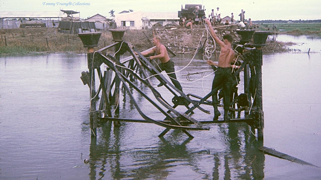 Những quân lính Mỹ đang nối những phần hư hỏng cả cây cầu Bến Lức lại
