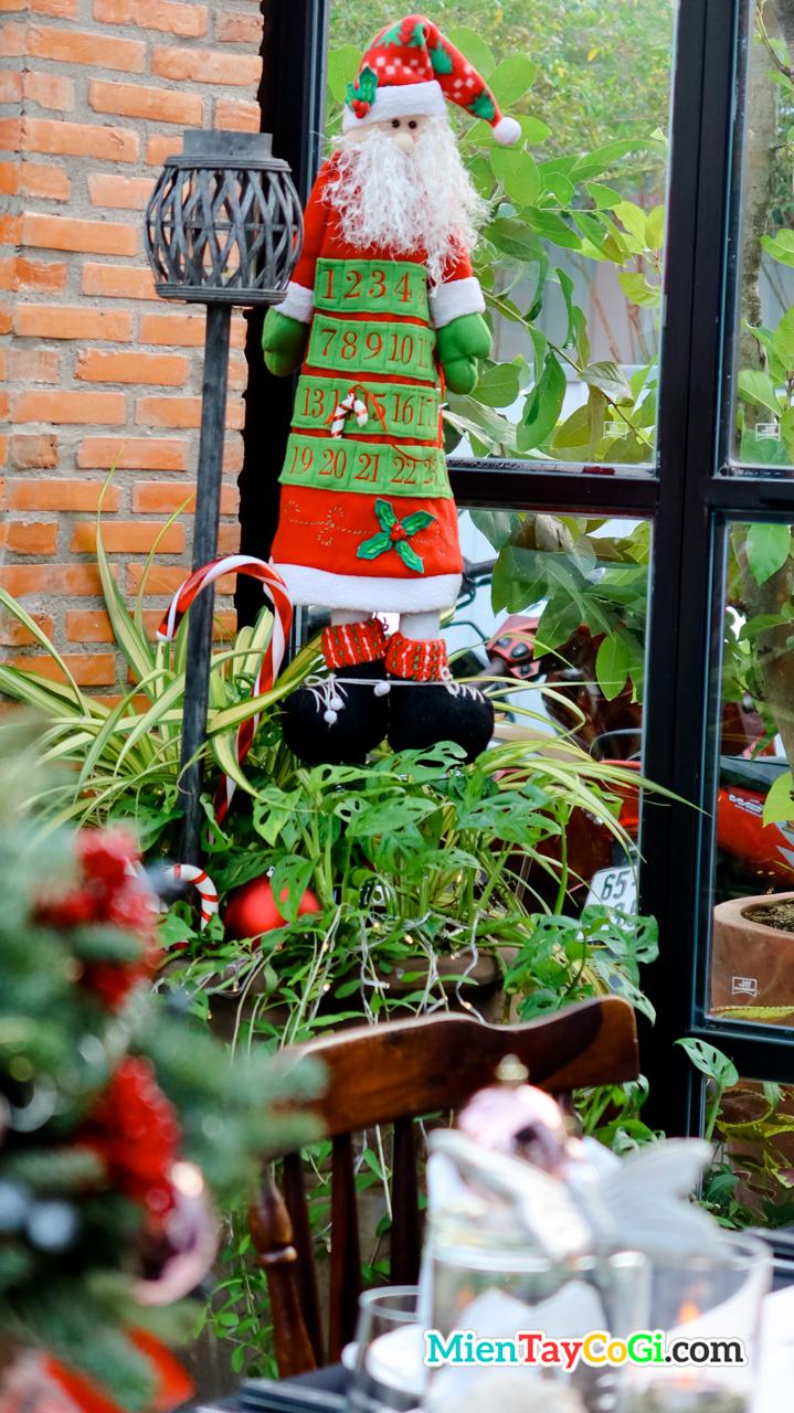 Cây thông Noel mini trang trí ở Red Door